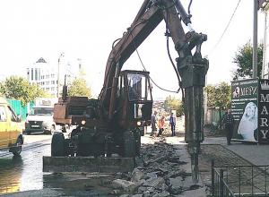 Нелепую парковку, из-за которой школьники ходят по краю дороги, начали ломать в Волжском