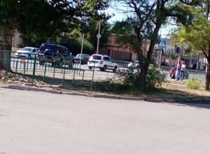 Запчасти «покалеченных» автомобилей оказались на «зебре» после аварии в Волжском