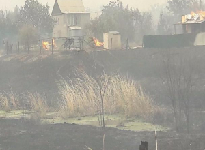 Волжский в огне: в городе объявили режим ЧС, а в поселке Краснооктябрьский эвакуируют жителей