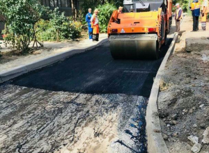 Ведется капитальный ремонт дороги на улице Молодогвардейцев в Волжском