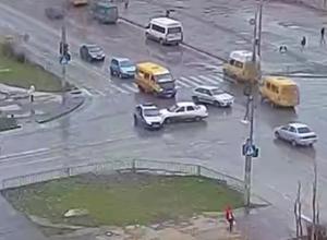 «Десятка» въехала в полицейскую машину в Волжском