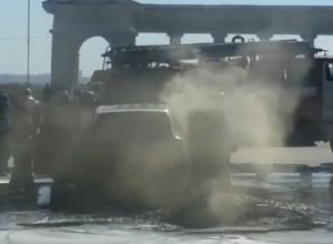 Очевидцы сняли на видео, как в Волжском горит Porsche Cayenne, стоимостью в шесть миллионов