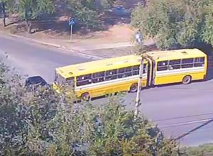 Камеры наблюдения сняли, как автобус-гармошка таранит легковушку на перекрестке в Волжском