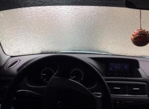 Автолюбители Волжского ведут «войну» со льдом на машинах и дорогах
