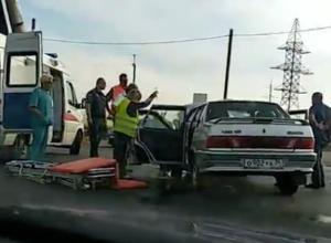 Водителя «пятнадцатой» откачивали после ДТП посреди дороги в Волжском