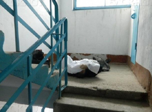 В общежитии на Пушкина уже несколько часов лежит труп, - волжанин