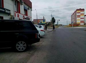 Из-за припаркованных на тротуаре машин школьники вынуждены идти по краю проезжей части в Волжском