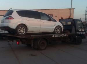 Сотрудники автосервиса пять месяцев не могли починить иномарку, выкачивая деньги из волжанки