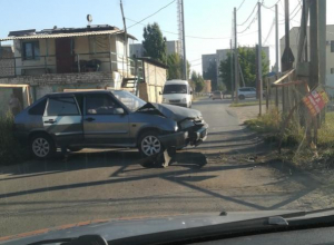 «Четырнадцатая» всмятку: в Волжском автомобиль врезался в забор