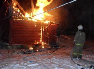 В Среднеахтубинском районе загорелась кровля у бани