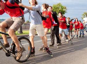 Скейтеров, велосипедистов и роллеров пригласили отметить день рождения триколора
