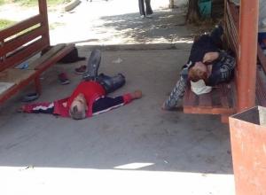 С приходом тепла  любители выпить облюбовали общественные остановки в Волжском