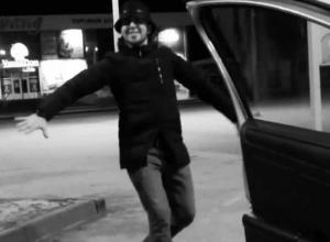 Молодому волжанину приспичило станцевать лезгинку посреди парковки