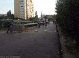 Власти Волжского отказались убрать «полусферы», которыми перегородили единственную дорогу внутри 26 микрорайона