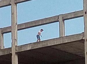 Дети прогулялись по крыше опасной застройки в 30 микрорайоне в Волжском