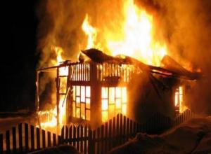 Поздно ночью в Волжском горела деревянная дача