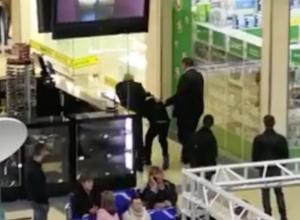Охрана «скрутила» горе-воришку в торговом центре Волжского