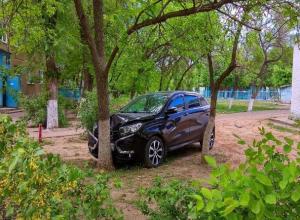 Кроссовер LADA XRAY разбился всмятку во дворе в Волжском