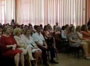 Выпускники Волжского станцевали праздничный вальс