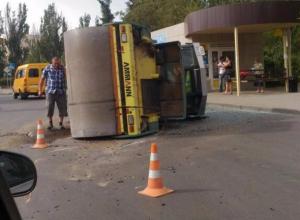 Автовоз потерял каток на оживленной дороге в Волжском