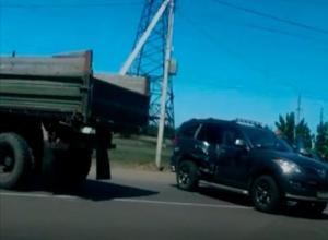 Дорогой внедорожник и грузовик не разъехались на перекрестке в Волжском