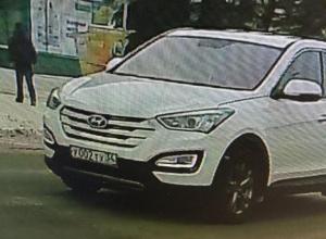 Обнаглевший водитель иномарки проигнорировал «красный», проехав перед детьми на «зебре» в Волжском