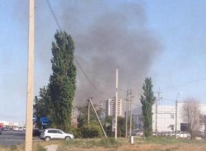 Сухая трава вспыхнула напротив магазина «Ситилинк» в Волжском