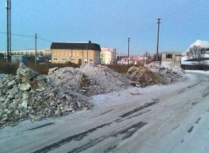 Власти Волжского сами разрушают новую дорогу, устроив рядом свалку грязного снега