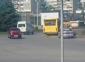 Маршрутка «притерла» автобус на оживленном перекрестке на площади Ленина в Волжском