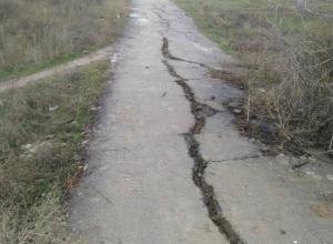 Дети ходят в школу либо по грязи, либо по опасной автодороге, - волжанин