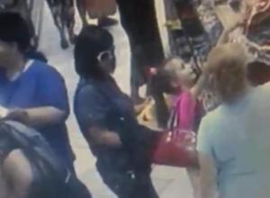 Волжан шокировало видео, где две женщины обворовали маленькую девочку