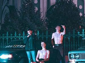 Богохульный фотосет с голыми торсами и неприличными жестами устроили парни у церкви в Волжском