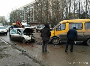 Маршрутка вылетела на встречку в Волжском: есть жертвы
