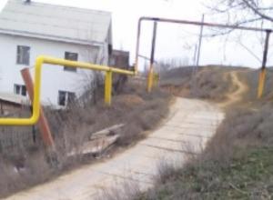 Самодельная дорога дачников разрушает грунт спорткомплекса в Волжском