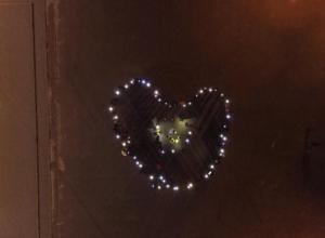 150 волжан зажгли «Сердце города» на площади Ленина