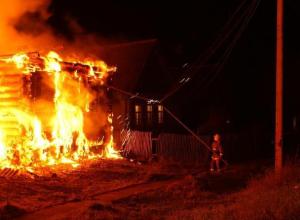 Сильнейшие пожары вспыхнули в домах в Среднеахтубинском районе
