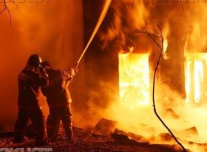 Огонь захватил частную баню в Среднеахтубинском районе