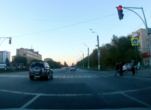 Автомобилист чудом не прокатил пешеходов на капоте в Волжском