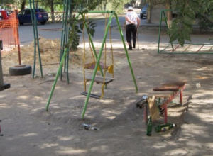 Детскую площадку деградации попросили отремонтировать в Волжском