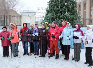Любители скандинавской ходьбы устроили новогодний забег в Волжском