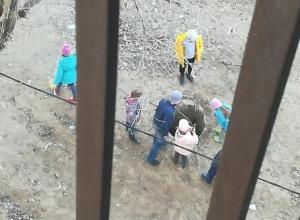 Суровые волжские дети играли у открытого колодца