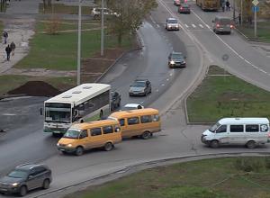Хаос и аварийные ситуации сложились на кольце площади Труда в Волжском