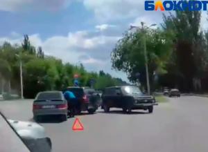 На видео попала наглая автоледи, которая пыталась объехать ДТП в Волжском по «встречке»