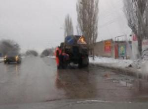 Дорожные службы Волжского решили развлечься, укладывая асфальт в лужи