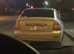 Волжанки заклеили номера авто женской прокладкой