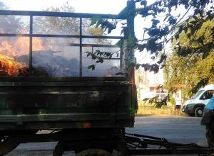 Примером для гордости стали водители, которые помогли спасти загоревшийся трактор на дороге в Волжском