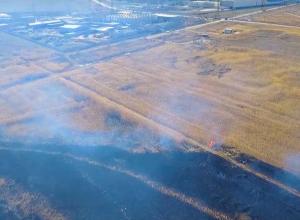 Вблизи Волжского выжигают сухую траву ради безопасности во время ЧМ