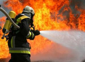 В Волжском на улице Кирова ярким огнем вспыхнула бытовка
