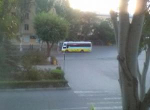 Пассажирский автобус въехал в дерево на пустой дороге Волжского