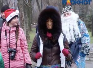 Баба Яга с жутким лицом принялась приставать в Волжском к Дедам Морозам